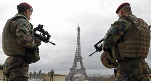 Στα «όπλα» οι Γάλλοι στρατηγοί: «O Μακρόν διαλύει το Έθνος, ώρα για δράση» – Ξύλο και δακρυγόνα στο Παρίσι – Αποσυντονισμένες οι αρχές