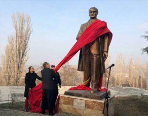 Στα Σκόπια κατέβασαν το άγαλμα του Μέγα Αλέξανδρου και «σήκωσαν» του Κεμάλ Ατατούρκ