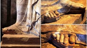 Τα μυστικά των Καρυάτιδων: Τι συμβολίζουν τα ακροδάχτυλα και οι κοθόρνοι