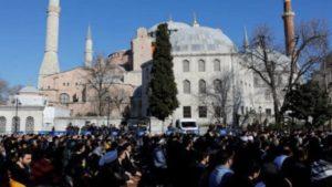Διαδήλωση ισλαμιστών στην Αγία Σοφία με το αίτημα τη μετατροπή της σε τζαμί