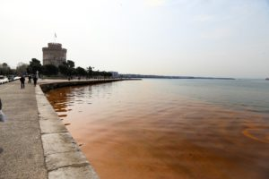 Κοκκίνισε ξανά ο Θερμαϊκός – Τι είναι η «ερυθρά παλίρροια»