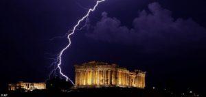 Κλειστός ο Αρχαιολογικός χώρος της Ακρόπολης μετά τον τραυματισμό τεσσάρων ατόμων από κεραυνό
