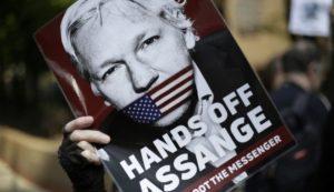 Βρετανία: Σε φυλάκιση 50 εβδομάδων καταδικάστηκε ο Τζούλιαν Ασάνζ