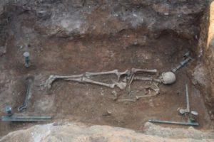 Χάλκινη νεκρική κλίνη εντόπισαν οι αρχαιολόγοι κάτω από σπίτι στην Κοζάνη