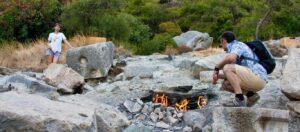 Εντυπωσιακό φαινόμενο: Tα παράξενα φλεγόμενα βράχια και ο μύθος που τα συνοδεύει