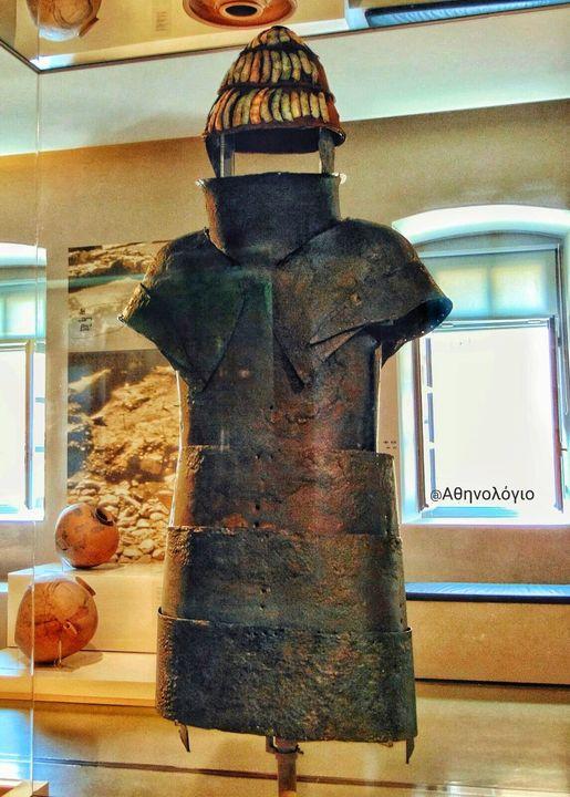 Μπροστά στην πανοπλία των Δενδρών της Μιδέας Ίσως η αρχαιότερη πανοπλία στον κόσμο, 3600 ετών