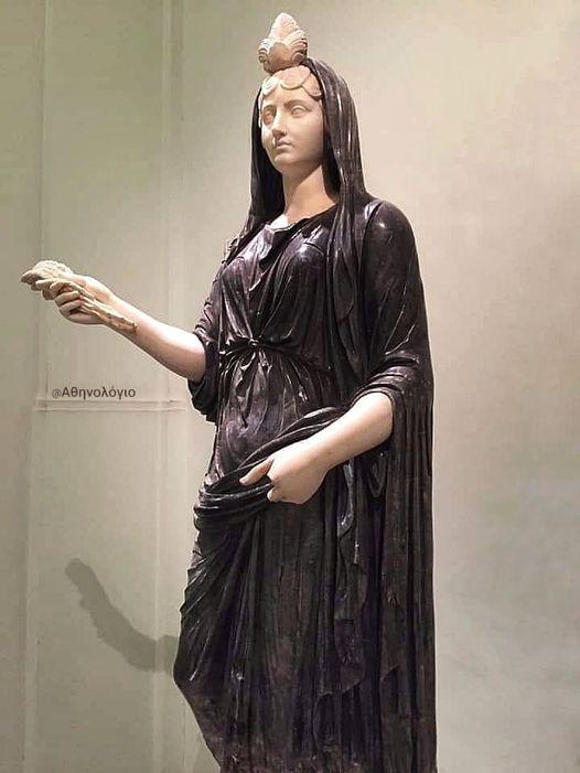 Το εξαιρετικά καλοδιατηρημένο άγαλμα της  Ίσιδας του Μουσείου της Νάπολης