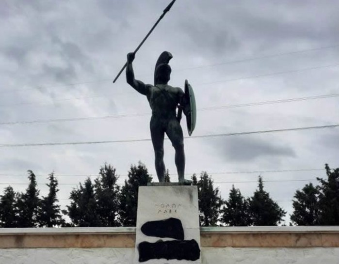 28ης Οκτωβρίου: Βεβήλωσαν το άγαλμα του Λεωνίδα στις Θερμοπύλες