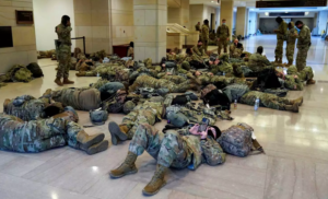 Στρατοκρατείται το Καπιτώλιο – Απίστευτες εικόνες ενώ συζητείται η αποπομπή Τραμπ