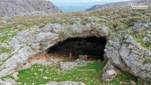 Η άγνωστη σπηλιά στο βουνό Αίπος της Χίου που κρύφτηκαν οι κάτοικοι για να γλιτώσουν τις σφαγές των Οθωμανών (ΒΙΝΤΕΟ & ΦΩΤΟ)