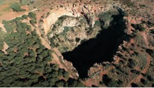 """""""Χάος ανίκατα μάχαν""""! Ο γιγάντιος κρατήρας σε σχήμα καρδιάς που βρίσκεται στο Λαύριο (Βίντεο)"""
