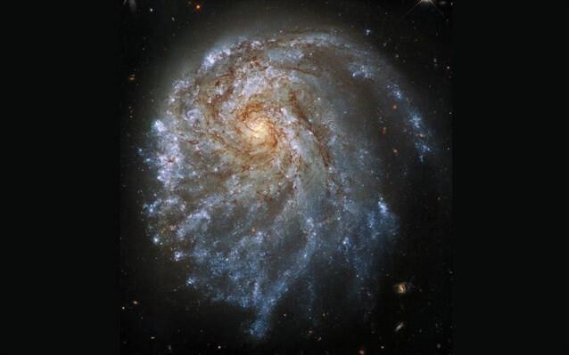 Το Hubble εντόπισε «ξεχαρβαλωμένο» γαλαξία που παράγει συνεχώς νέα άστρα