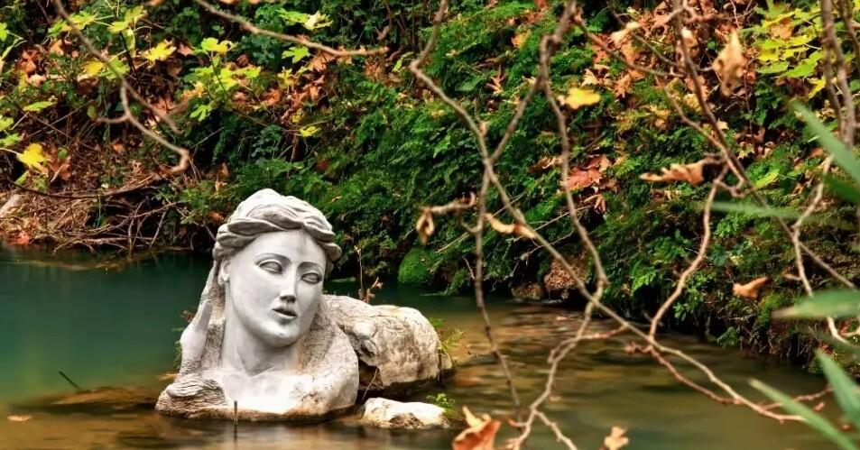 Το άγνωστο άγαλμα της γυναίκας που ξεπροβάλλει μέσα από τα νερά ενός ελληνικού ποταμού