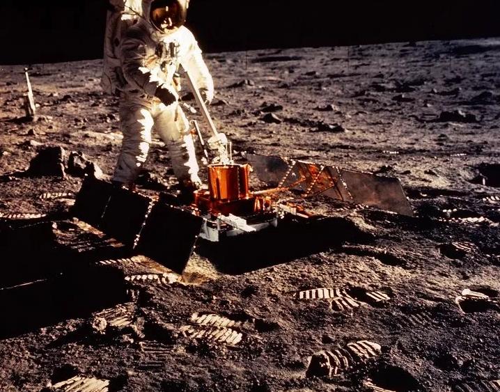 Διάφανος Αστροναύτης: Η προσελήνωση του Apollo 11 είναι τεράστιο ψέμα, λέει κυνηγός εξωγήινων