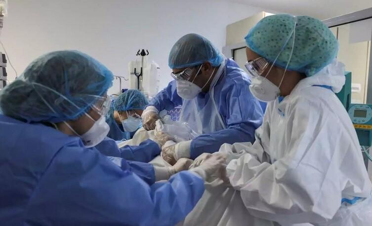 Εφιαλτική πρόβλεψη του καθηγητή Κουρέτα: «Μέχρι 14.000 ανεμβολίαστοι συμπολίτες μας θα πεθάνουν τον χειμώνα»